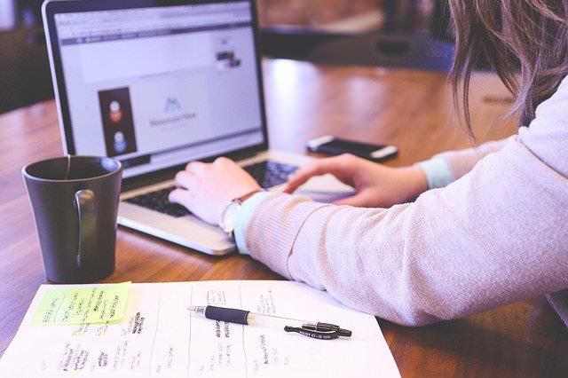 なるべくお金をかけずにプログラミング独学するなら学習サイトで学ぶ